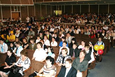 Зрители знакомятся с презентациями проектов